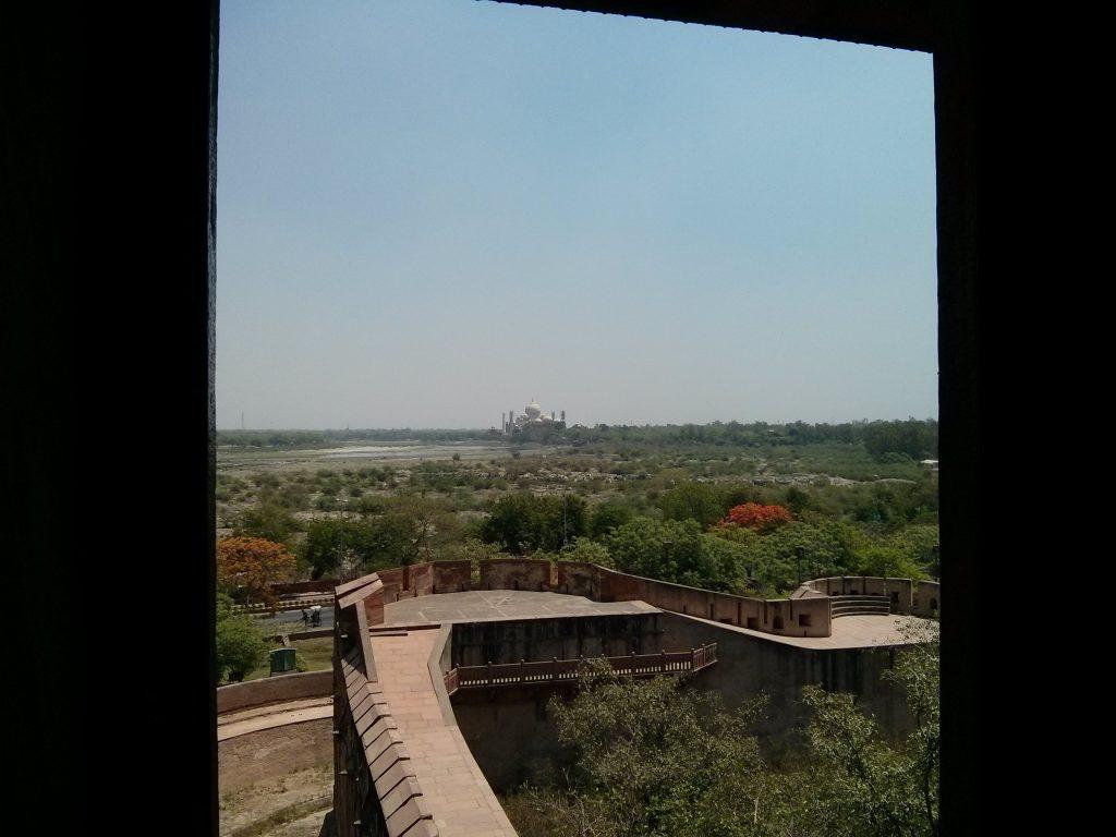 Kaksi kohdetta yhdellä kuvalla! Kuva Agran linnoituksesta kohti Taj Mahalia.